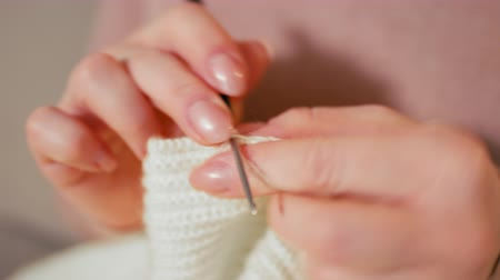 závit : CloseUp to Lady Hands Knitting the Blanket. Crocheting from Wool thread as Leisure Activity