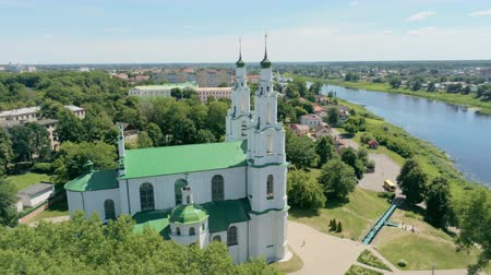 bělorusko : Belarus, Polotsk Aerial Cityscape: Dvina River with East Slavic Landmark - Cathedral of Saint Sophia on Sunny Summer Day. 4K Drone Panning Shot