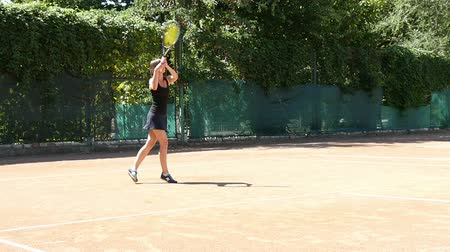 ракетка : Woman in sportswear plays tennis at training slow motion