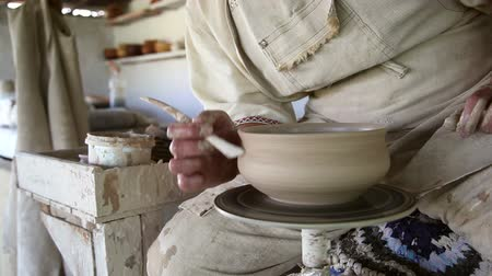 hrnčíř : potter sculpts clay small pot