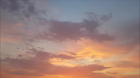meteorologia : Clouds with orange, gray and black colors at sunset sky. Time-lapse motion.