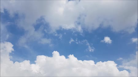 meteorologia : White clouds move across the clear blue sky. Cloudy blue sky background.