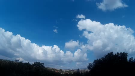 сценарий : time lapse of blue sky with clouds running driven by wind