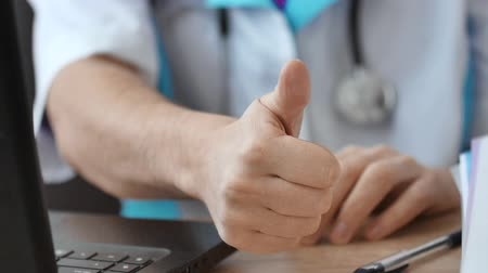 schválení : Close-up of a doctor showing thumbs up