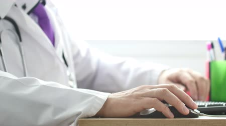 especialista : Medical doctor working with computer.
