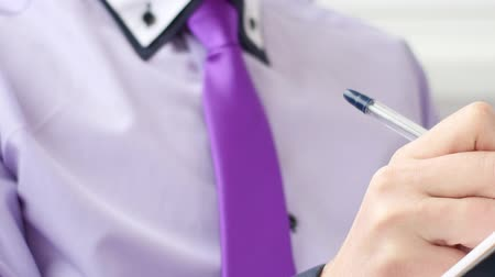 clipe de papel : Unrecognizabel young businessman writing in clipboard Stock Footage