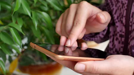 Close-up of young woman hands typing sms Стоковые видеозаписи