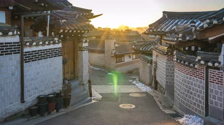 Timelapse video of Sunrise at Bukchon Hanok Village in Seoul city, South Korea, Time Lapse 4K Стоковые видеозаписи
