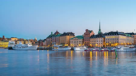 pont : Dag tot nacht timelapse video van Stockholm Gamla Stan in Zweden time lapse 4K Stockvideo