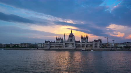 budapeste : Day to Night time lapse video of Hungarian Parliament Building in Budapest, Hungary timelapse 4K