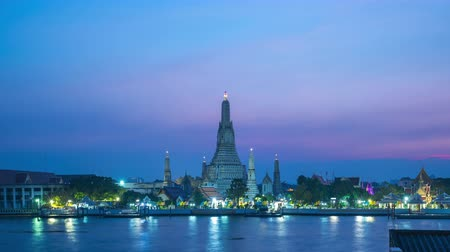 Bangkok Wat Arun temple with Chao Phraya River day to night time lapse in Bangkok, Thailand Стоковые видеозаписи