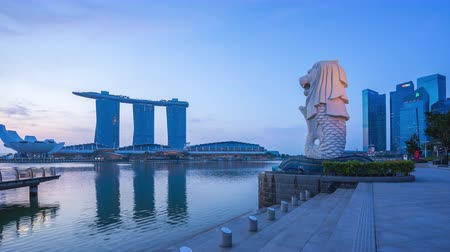Singapore city, Singapore - April 9, 2018: Merlion park night to day time lapse in Singapore city, Singapore 影像素材