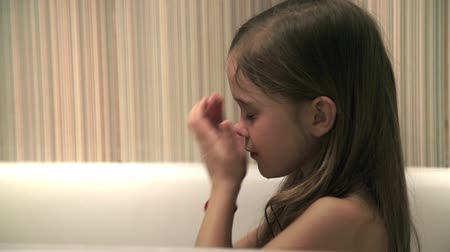 wanna : Little girl bathes play in a bath