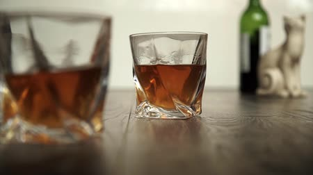 viski : Pouring whiskey in two glasses