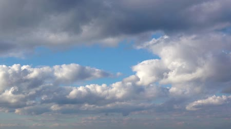 mavi gök : Clouds in the blue sky.Timelapse. Stok Video