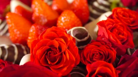 Rotation beauty bouquet with rose and strawberry in chocolate frosting. Slow motion. Wideo