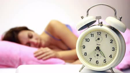 hora de dormir : Women and Alarm Clock ; beautiful woman sleeping soundly and the alarm clock awakens in time,video clip