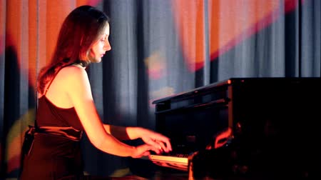 harmonia : Piano girl ; young woman playing the piano at the concert, the video clip.