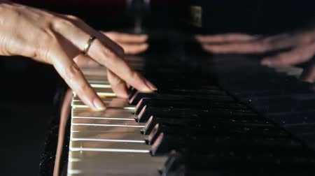 instrumentos : piano clavier ; hands of women pianist in close-up of a piano keyboard,video clip