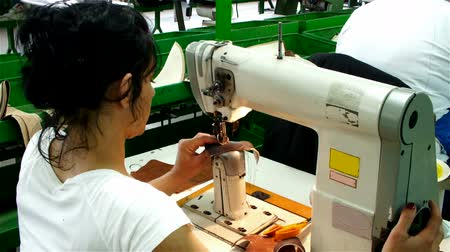 lem : workers for sewing machines ; workers for sewing machines sewn skin to make shoes,video clip Dostupné videozáznamy