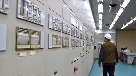 přístrojová deska : worker to control panel ; worker dashboard in the control room of the factory for the production of synthetic rubber,video clip Dostupné videozáznamy