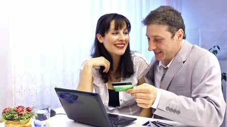e ticaret : Business people ; Business people looking forward to the amount of money in the account,video clip Stok Video
