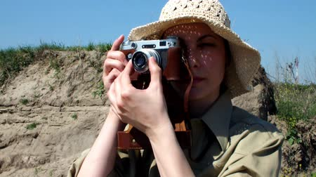 фокус : young woman photograph ; young women photographed in a desert environment with the old camera,video clip