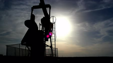 petrokimya : Pump jack silhouette ; Working oil pumps silhouette against sunset,video clip Stok Video