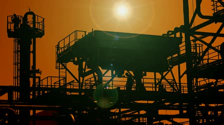 petrokimya : Oil platform ; Industrial plants for the production and processing of oil and gas,silhouette at sunset,video clip