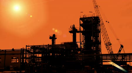 petrokimya : Construction of petroleum facilities ; Industrial plants for the production and processing of oil and gas,silhouette at sunset,video clip