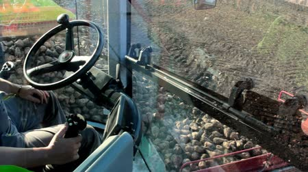 traktor : Control working machines ; Control of machines for loading and separation of sugar beet,video clip