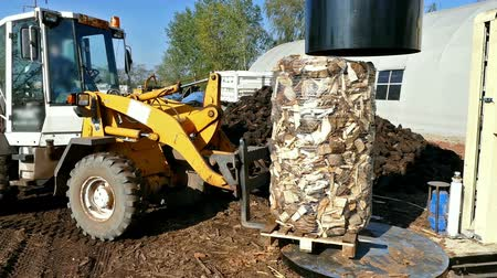 yükleyici : Preparation and packaging of firewood for transport ; Machines for preparing and packing firewood for transport with forklift,video clip