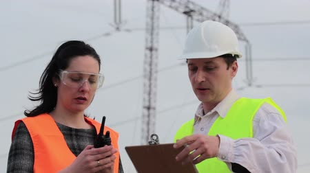 biztonság : Supervisor and engineer for electric power considered plans ;Supervisor and engineer for electric power considered plans for electrifying and notifies using walkie-talkie,video clip Stock mozgókép