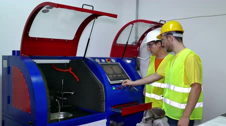 turbina : Machinists controls the operation of devices ; The machine technician performs computer control of the working machine