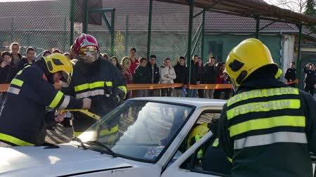 sağlamak : Zrenjanin ; Serbia; 22.11.2017. Teams to assist victims of traffic accidents - demonstration exercise. Stok Video
