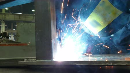 сварщик : Metal Welding Process  Worker welder performs arc-welding process of metal structures