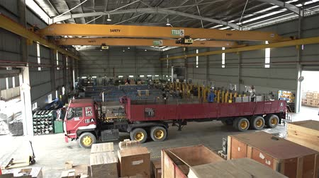 qualidade : Warehouse With Yellow Crane And Red Trolly