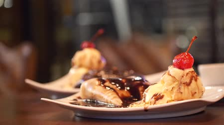 креп : Chocalate Syrup Melting On To A Crepe With Ice Creams -  Focus Pull