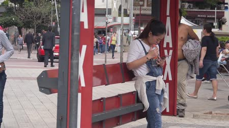 Japenese Women In Jeans Waiting At Taxi Stand Stock mozgókép