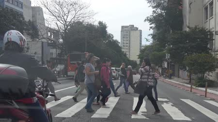 brezilya : Sao Paulo - People Crossing The Road On A Signal - Front Angle