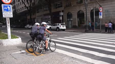 Sao Paulo - Police On Bicycle Waiting On A Signal Stock mozgókép