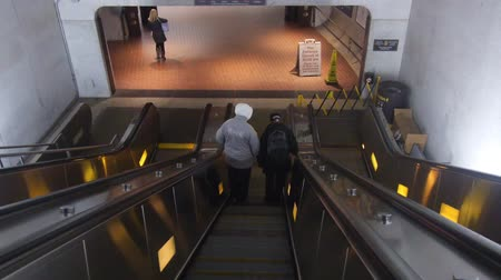 gedenksteen : Going Down Subway Station Escalators - Slide Forward Stockvideo