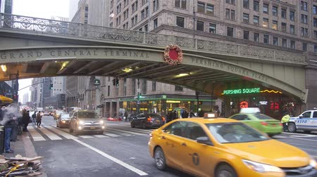 zegar : Cars Driving Under Bridge At Grand Central Terminal - Static