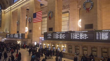 jabłka : Christmas Decorations And American Flag In Crowded Grand Central Train Station - Static