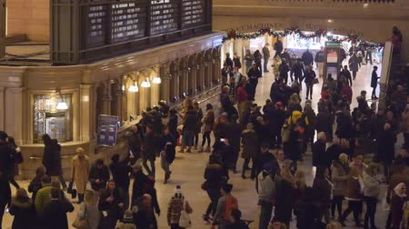 américa central : People In Grand Central Train Station Near Board - Static