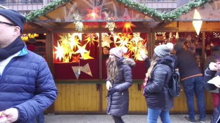 čepec : Girl Taking Pictures With Her Phone In Front Of Christmas Market Stand - Slide Forward
