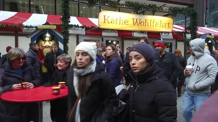 Észak amerika : Surrounded By Christmas Market Crowd - Pan - Right To Left