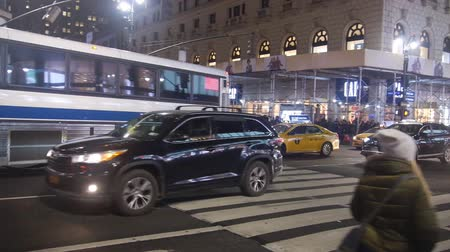 üdítő : Cars And People In 6th Avenue - Pan - Right To Left