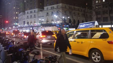 serpenyő : Taxi Near Citibikes Available And People Passing By - Pan - Right To Left Stock mozgókép