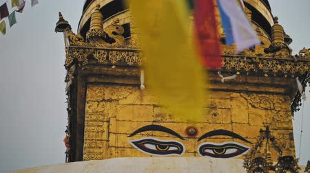 pozlacený : Ornate golden Swayambhunath stupa, painted Buddhas eyes looking Dostupné videozáznamy